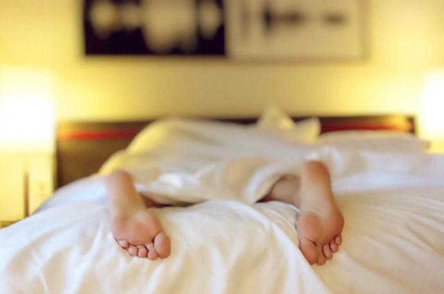 疲れ切って寝込む女性